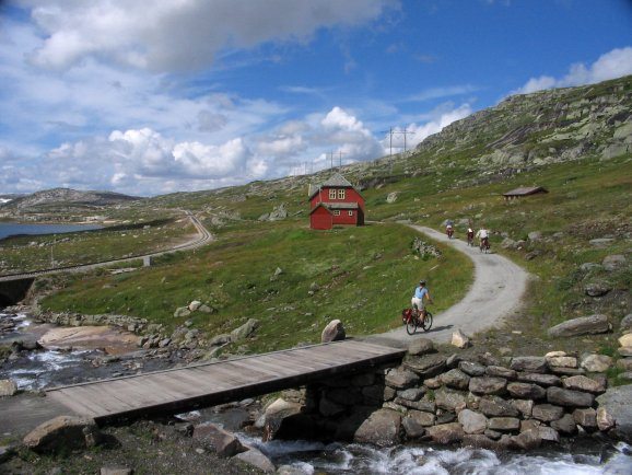 [This is Sandå, the bridge over Sandåi, Rallarvegen,  the old Bergen Railway track, and Sandåvatnet at 1265 meters above sea level.]